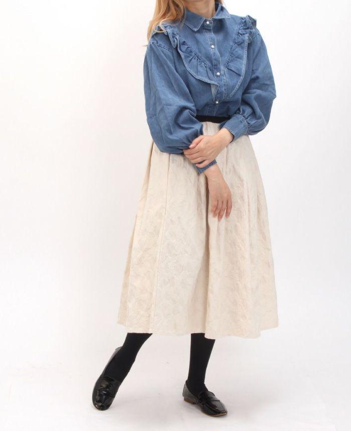 フリルデニムシャツ ホワイトスカートと合わせたコーディネート。