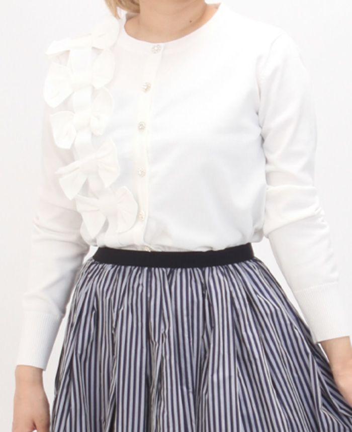 立体リボンカーディガンホワイトカラーとスとライプスカートを合わせたコーディネート。
