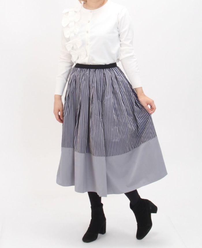 立体リボンカーディガンホワイトカラーとスライプスカートを合わせた秋のコーディネート。