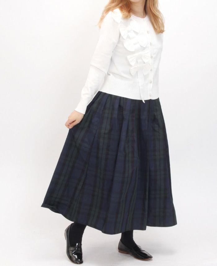 立体リボンカーディガンとタータンチェックのグリーンスカートを合わせた秋のスカートコーディネート。