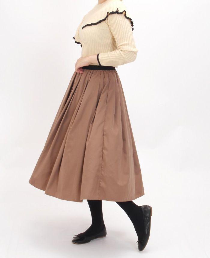 ニュアンスフリル長袖ニットとブラウンのスカートを合わせた秋コーディート。
