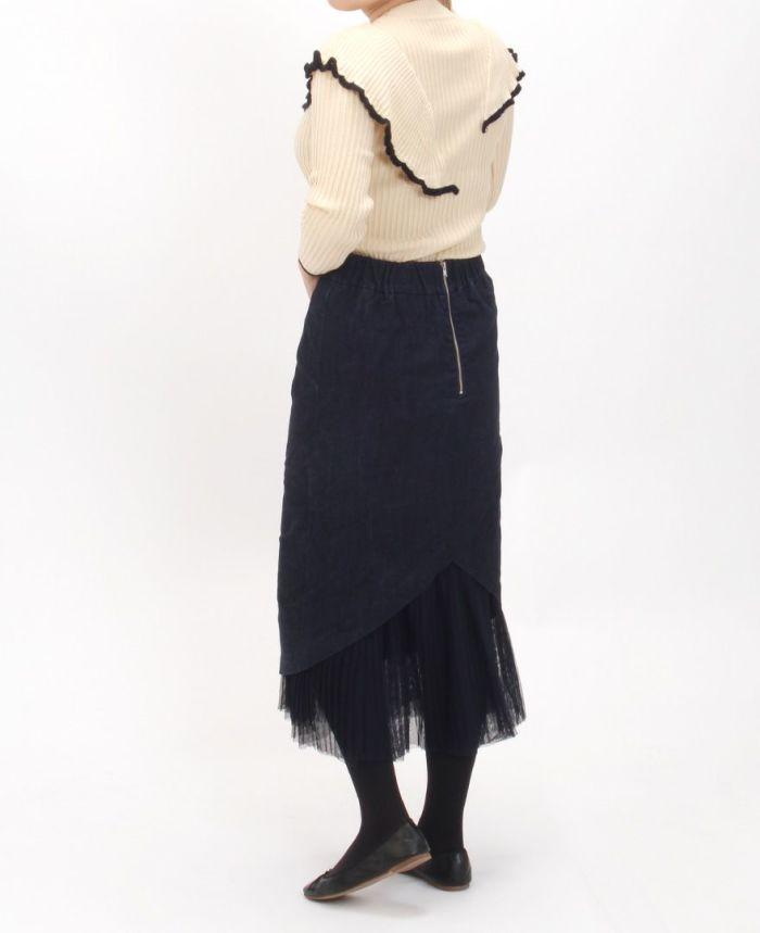 ニュアンスフリル長袖ニットとデニムスカートを合わせた秋コーデ。