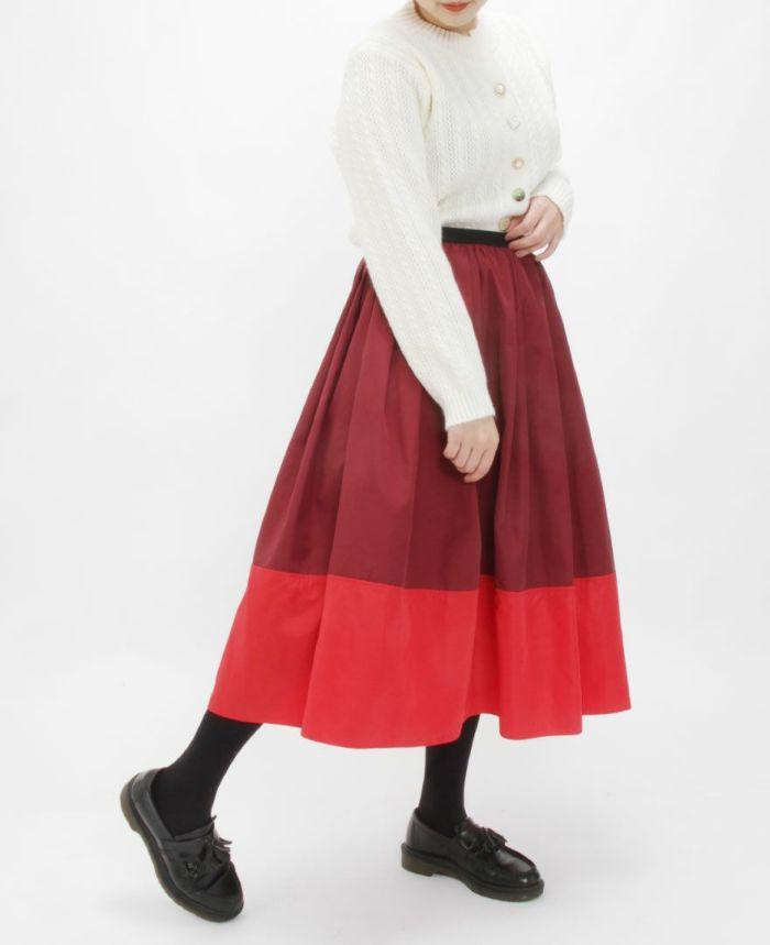 神戸・山の手 だんだんエシカルスカート ミモレ丈【カラーB】 ネイビーカラーとタイツを合わせたコーディネート