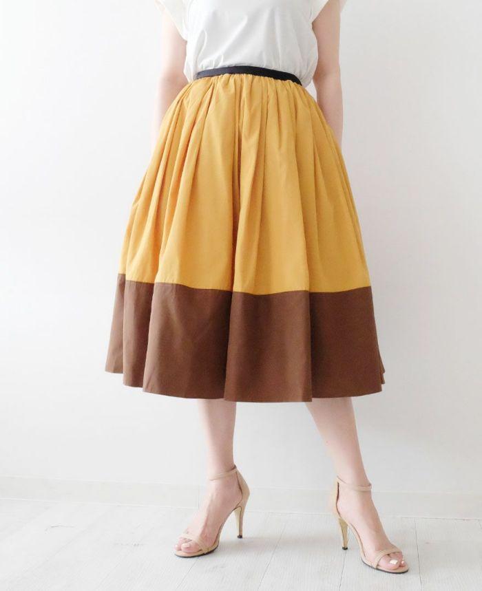 神戸・山の手 だんだんエシカルスカート ミモレ丈【カラーB】 ブラウンカラーとタイツを合わせたコーディネート