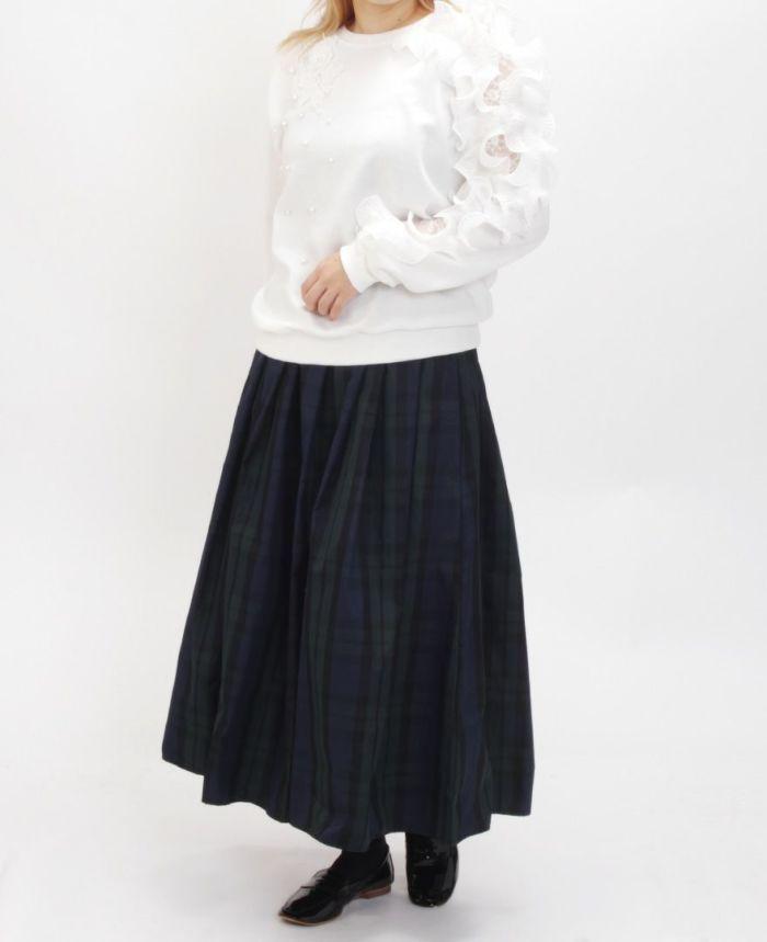 ソリッドフリル長袖カットソーとブラックスカートを合わせたコーディネート。