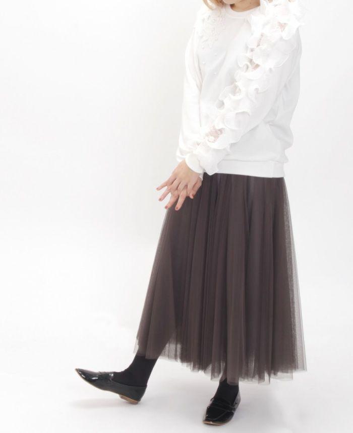 ソリッドフリル長袖カットソーとチュールスカートを合わせたコーディネート。