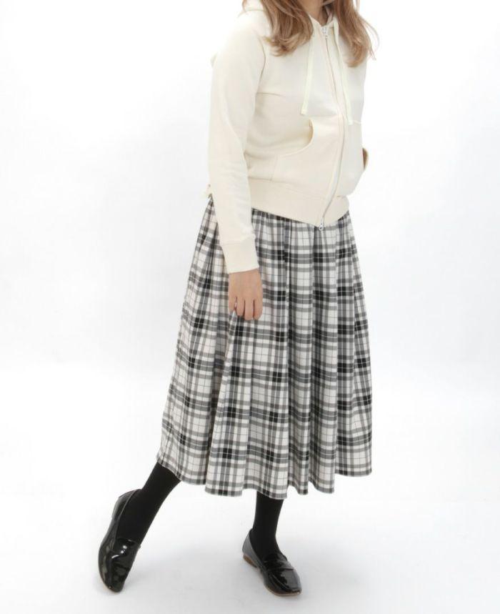 神戸・山の手 チェックスカート ミモレ丈とホワイトパーカーとタイツを合わせた秋冬コーディネート。