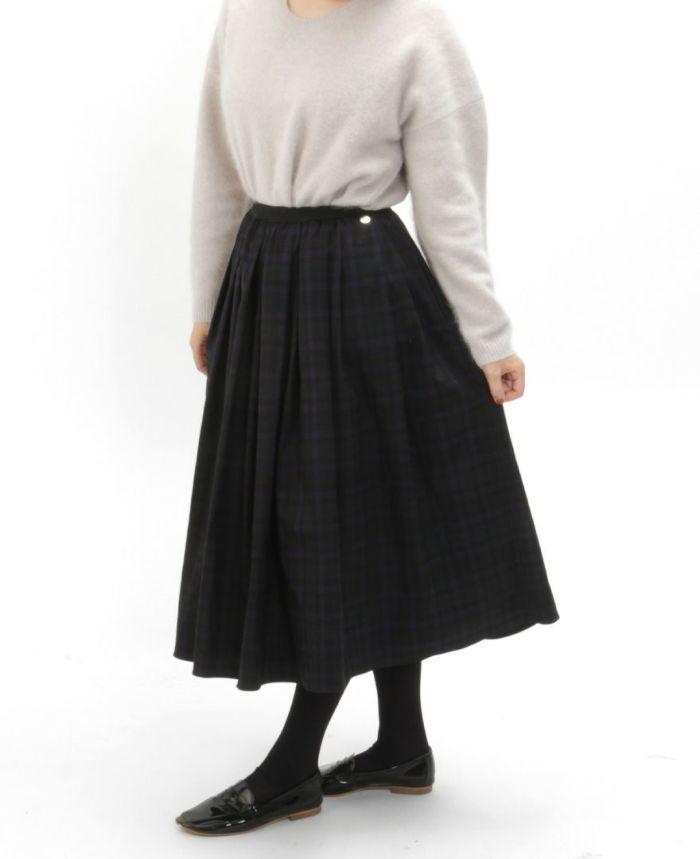 神戸・山の手 チェックスカート ミモレ丈とグレーニットとタイツを合わせた秋冬コーデ。