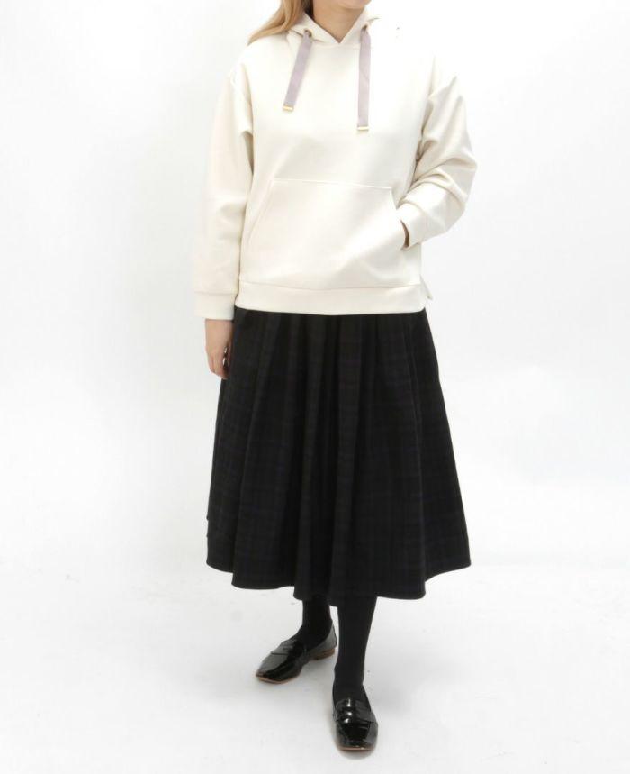 神戸・山の手 チェックスカート ミモレ丈とホワイトp-カーとタイツを合わせた秋冬コーディネート。