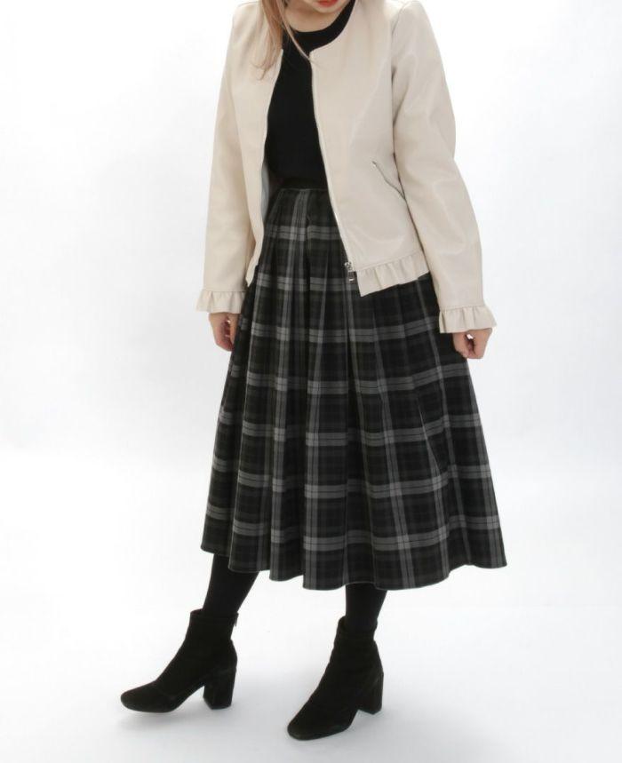 フェイクレザージャケット アイボリーとチェックスカートとタイツを合わせた秋冬コーディネート