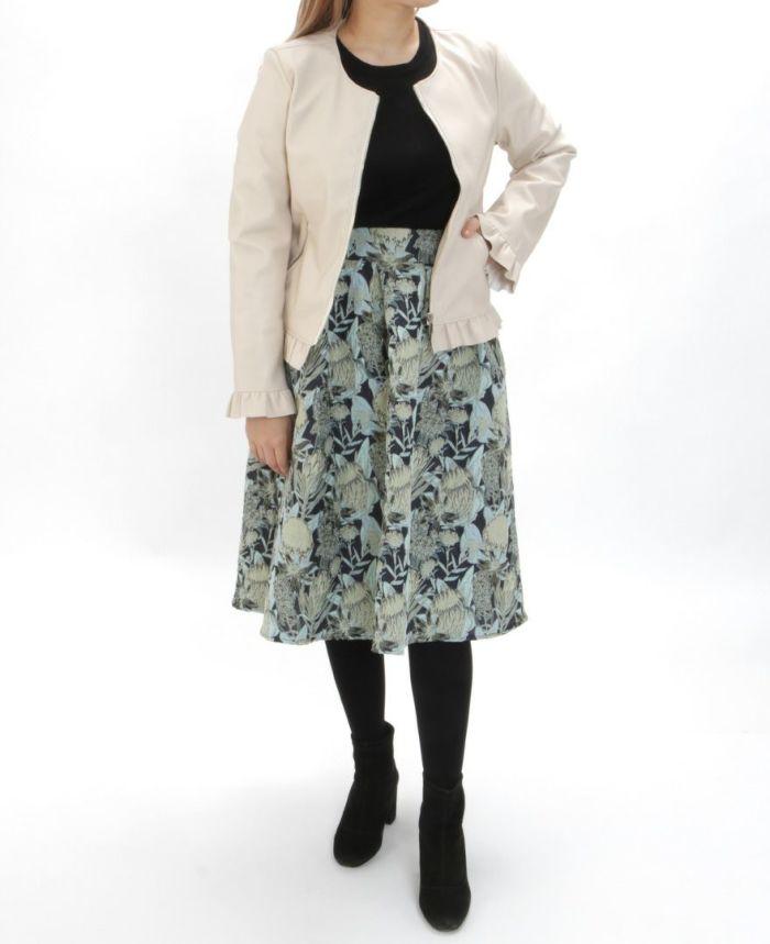 フェイクレザージャケット ベージュと花柄ジャガードフレアスカートを合わせたコーディネート。