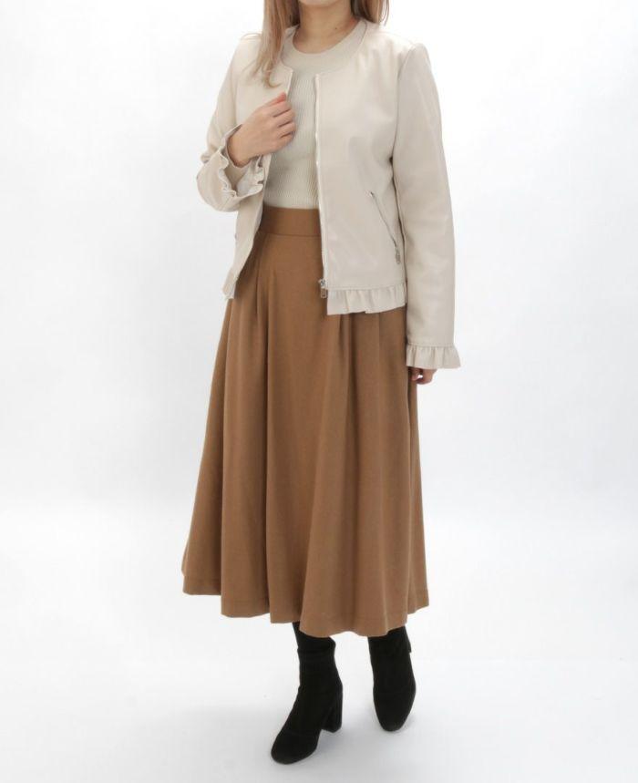 フェイクレザージャケットとウールブラウンスカートとタイツを合わせた秋冬コーディネート。