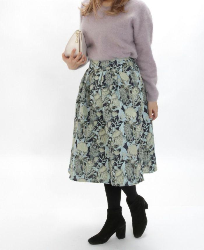 花柄ジャガードフレアスカート グリーンスカートとラクーンニット タイツを合わせた秋冬コーディネート