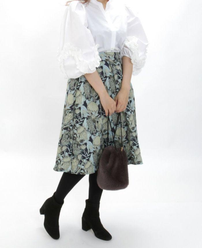 花柄ジャガードフレアスカート グリーン ブラウスを合わせた秋冬コーディネート
