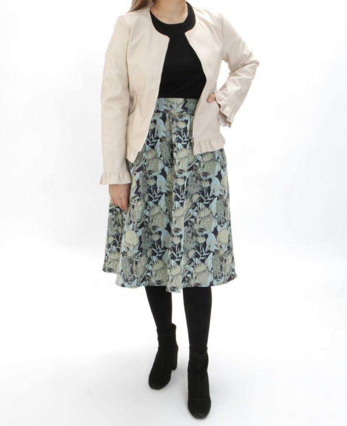 花柄ジャガードフレアスカート ベージュライダースとタイツを合わせた秋冬コーディネート