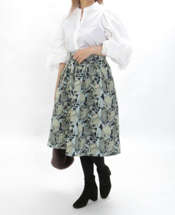 デザイン袖スキッパーブラウス 花柄ジャガードグリーン タイツを合わせた秋冬コーディネート