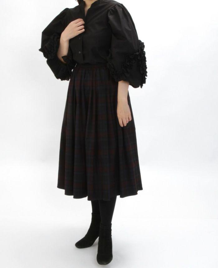 デザイン袖スキッパーブラウス ブラックとスカートをを合わせた秋冬コーディネート