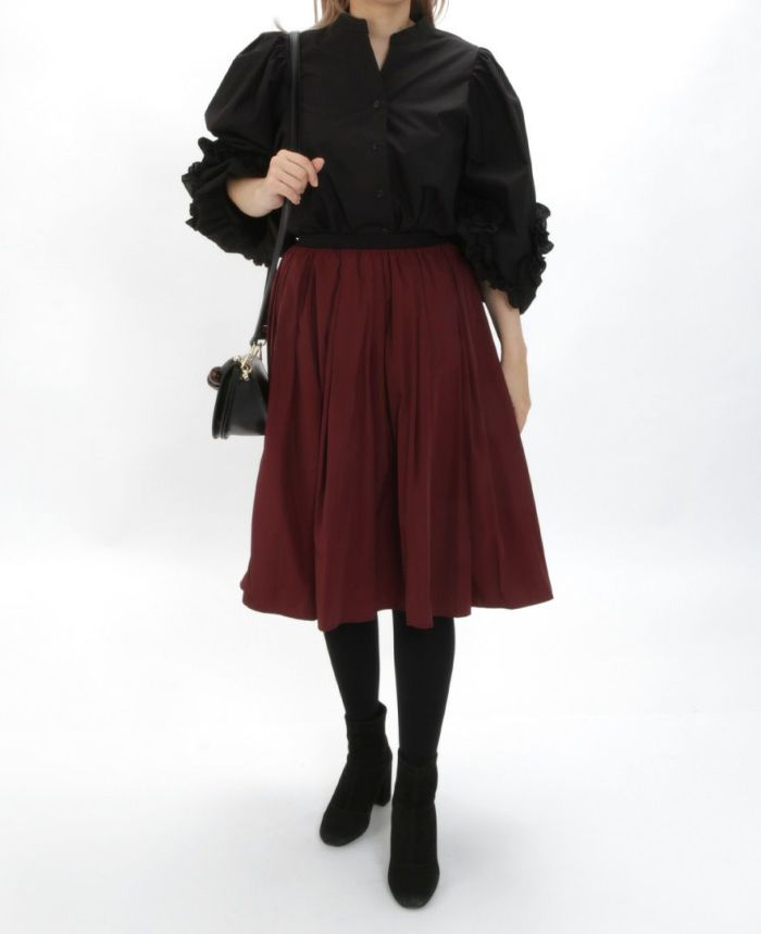 デザイン袖スキッパーブラウス ブラックブラウスとレッドスカートを合わせた秋冬コーディネート