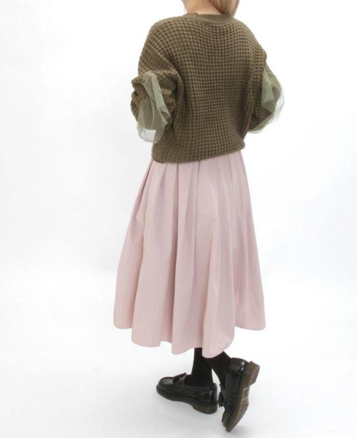Vネックチュールニット カーキ とピンクスカート合わせた秋冬コーディネート