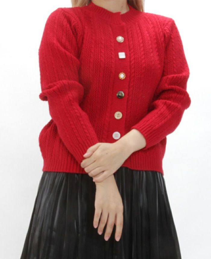 ケーブルニットカーディガンレッドとシャイニーギャザースカートを合わせた秋冬コーディネート。