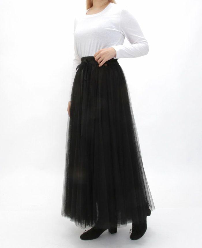 ホワイトの長袖Uネックカットソーに黒のチュールスカートマキシ丈をコーディネート