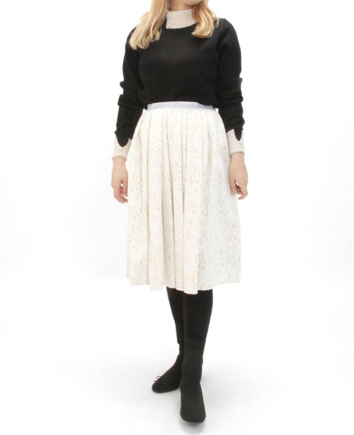 襟付きニット ブラックとホワイトスカートと合わせた秋冬コーディネート