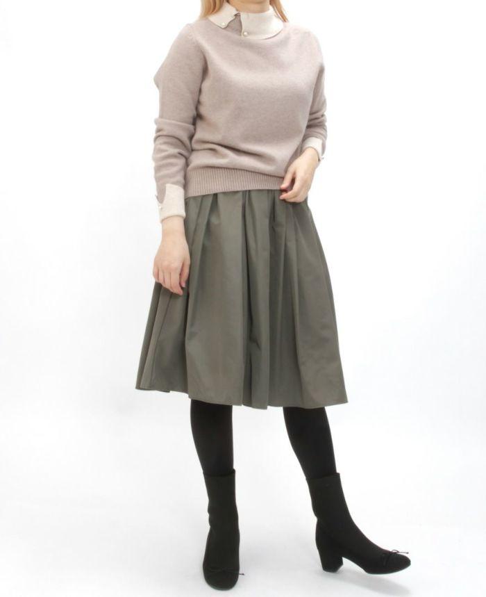 襟付きニット ベージュとスカートを合わせた秋冬コーディネート