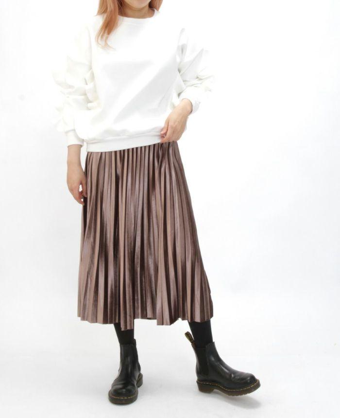 ベロアプリーツスカート ホワイトトップスとゴアブーツを合わせた秋冬コーディネート