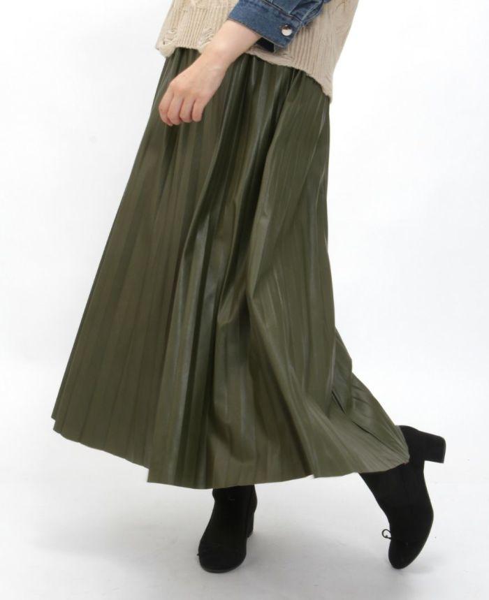 レザープリーツスカート にブーツを合わせた秋冬コーデ