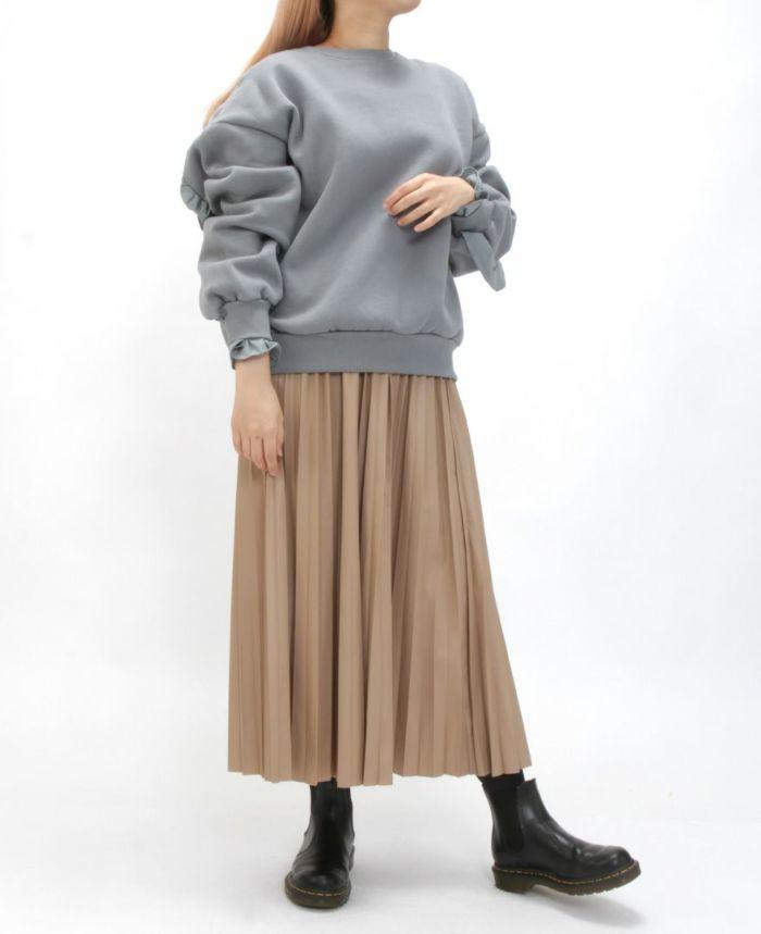 レザープリーツスカート トレーナと合わせたカジュアルスタイル。