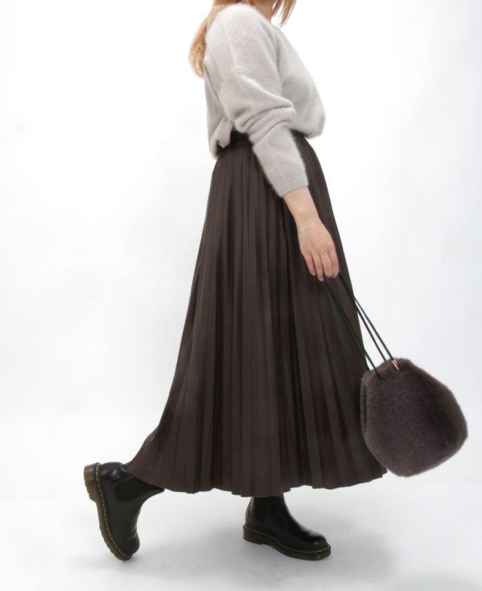 レザープリーツスカート ニットと合わせたきれいめスタイル