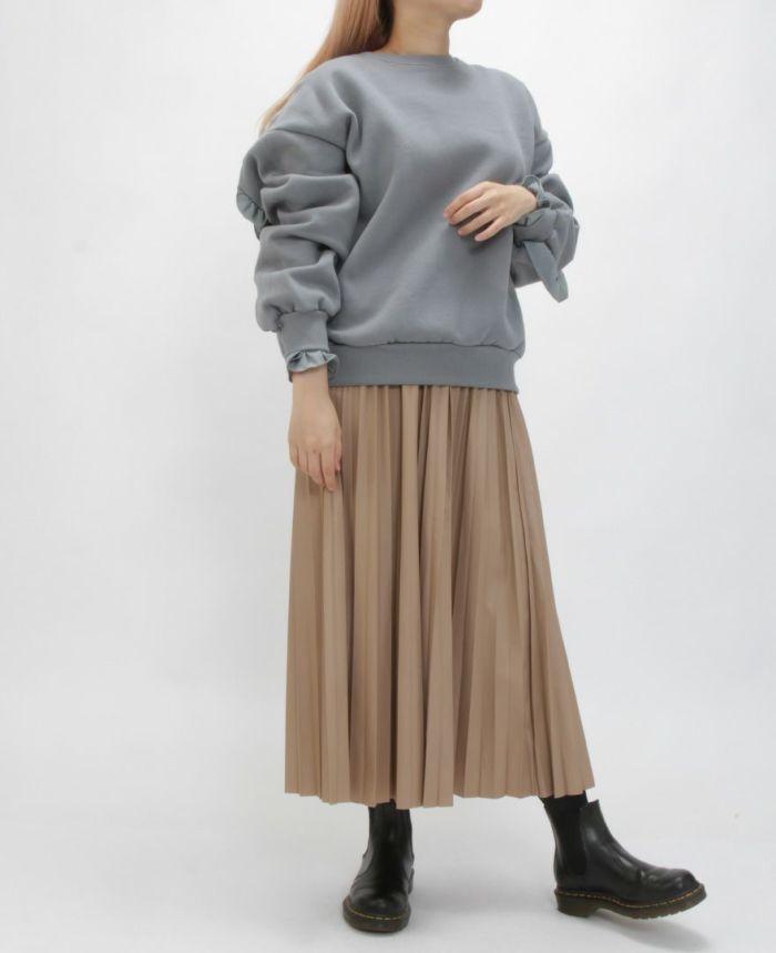 バックフリルトレーナー ブルーカラーにブラウンのスカートを合わせた秋冬コーディネートです。