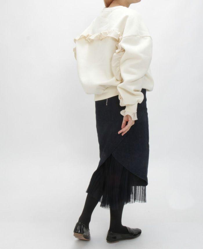 バックフリルトレーナー ホワイトカラーにタイトスカートを合わせた秋冬コーディネート