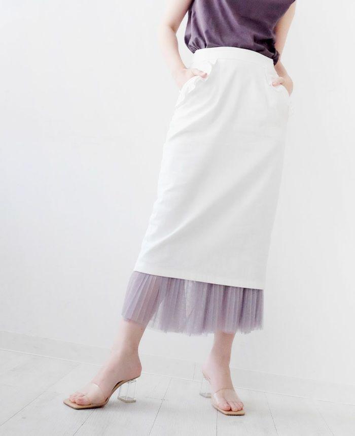 ホワイトの神戸・山の手ポケットフリルスカート グリーンのラッパ袖プルオーバー シルバーのポインテッドシューズ