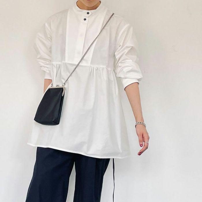 ホワイトカラースタンドカラーペプラムシャツとサテンパンツを合わせたk-ディネート