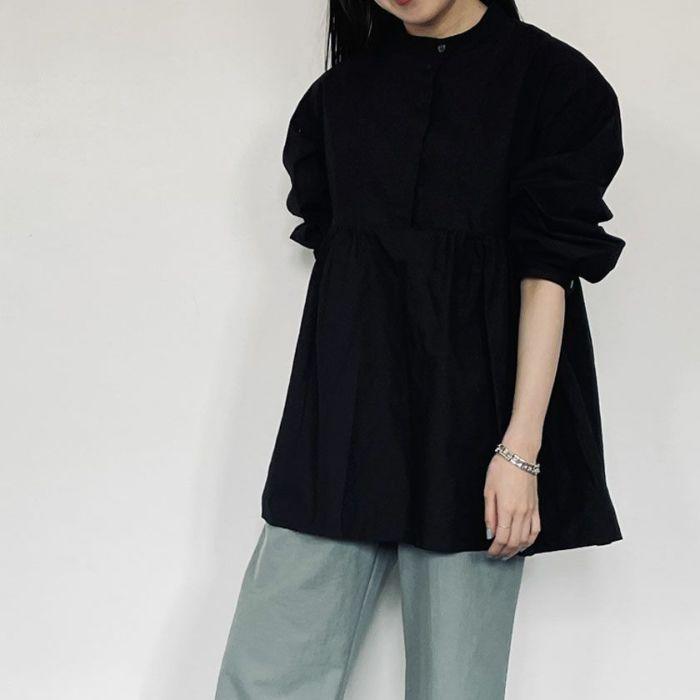ブラックカラースタンドカラーペプラムシャツデニムパンツを合わせたコーディネート