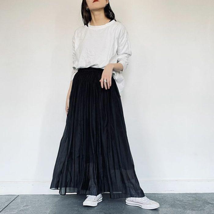 ブラックオーガンジープリーツスカートとシンプルロンTを合わせたコーディネート