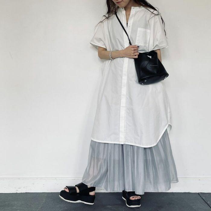 アイスブルーオーガンジープリーツスカートとオーバサイズトレンチコート