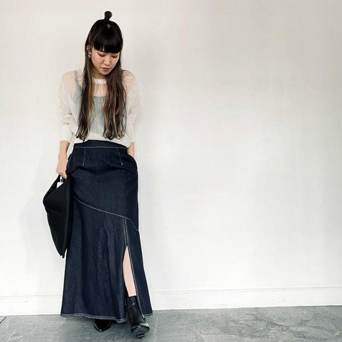 ネイビーデニムAラインスカートとメッシュニットプルオーバーを合わせたコーディネート