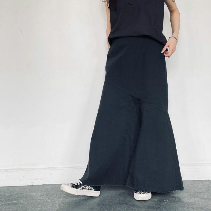 ブラックデニムAラインスカートとテンセルニットカーディガンを合わせたコーディネート