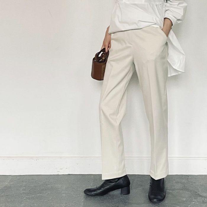 アイボリーストレートパンツとスタンドカラーぺプラウシャツを合わせたコーディネート