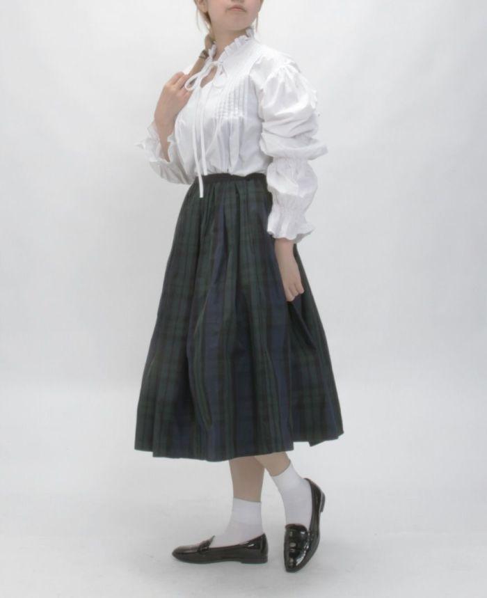 ホワイトのギャザースリーブフレアブラウス 着用画像 チェックのフレアスカート ブラックのローファー