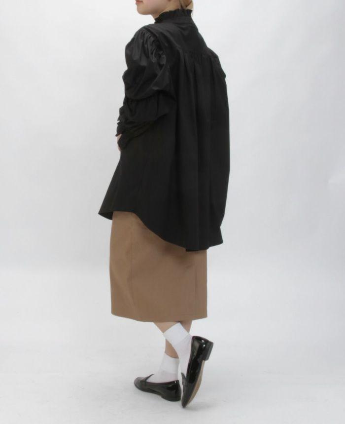 ブラックのギャザースリーブフレアブラウス  着用画像 ベージュのタイトスカート ブラックのローファー