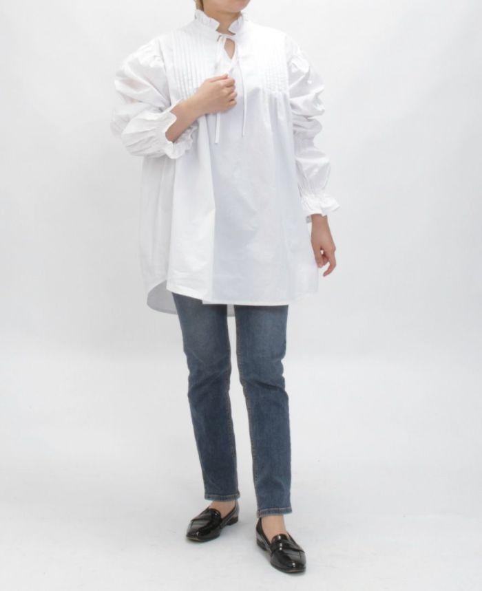 ホワイトのギャザースリーブフレアブラウス 着用画像 スキニーデニム ブラックのローファー