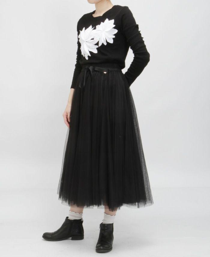 お花アップリケ長袖Tシャツ ブラック×ホワイト チュールスカート ブラック 着画像