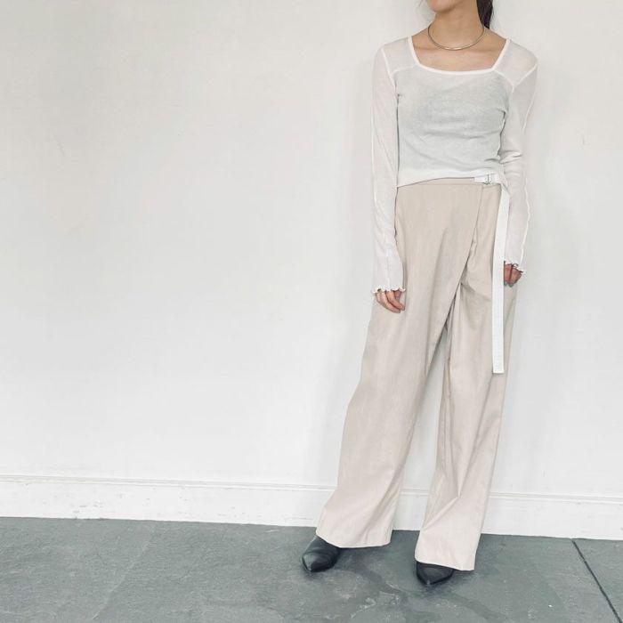 スクエアネックシフォンカットソーホワイトカラーと綿麻パンツを合わせたを合わせたコーディネート。