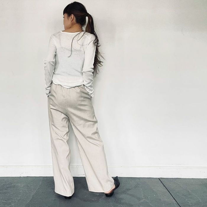 スクエアネックシフォンカットソーホワイトカラーと綿麻パンツを合わせた春夏コーディネート。