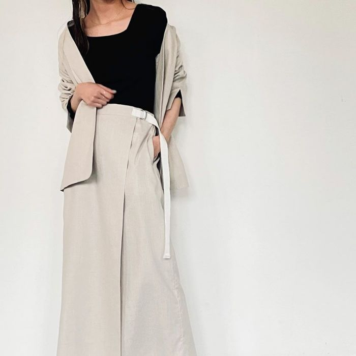 スクエアネックシフォンカットソーブラックカラーと綿麻ノーカラージャケットとスカートのセットアップコーデ。
