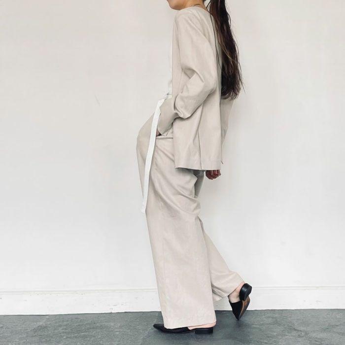 綿麻ノーカラージャケットベージュカラーとセットアップスタイル