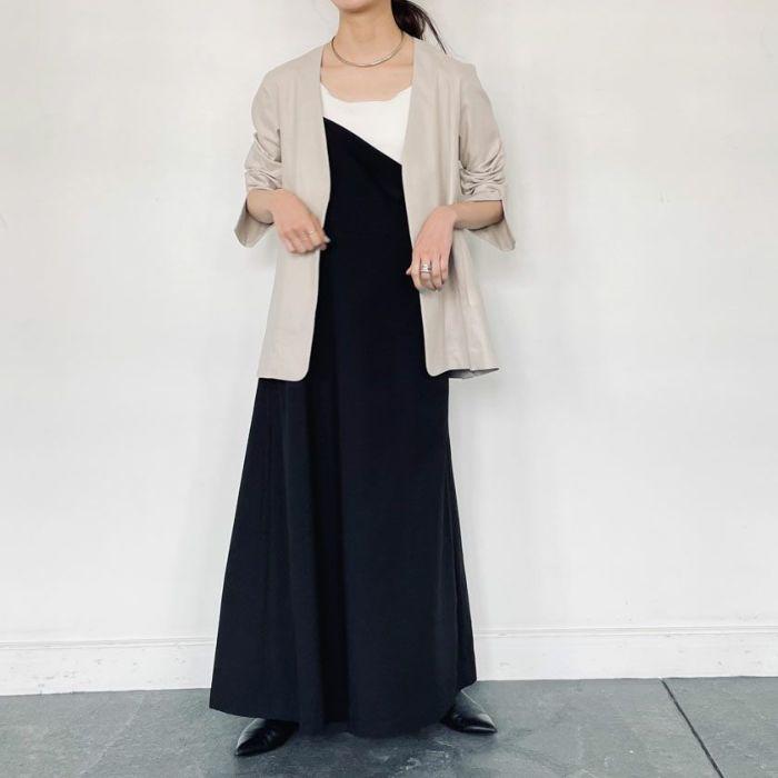 綿麻ノーカラージャケットとワンピースと合わせたコーディネート。
